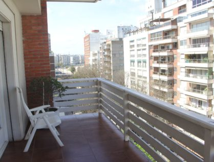 Venta amplio apartamento tres dormitorios y servicio Punta Carretas